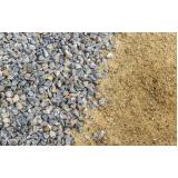 carradas de pedra e areia no Distrito Industrial